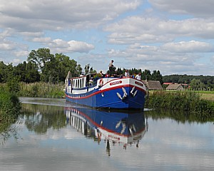 France Cruses barge-hotel, Caprice, sails up the canal in Burgundy © 2013 Karen Rubin/news-photos-features.com
